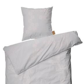 Jeg sælger 2 sæt Juna Sengesæt (Varenummer: 636827 ) i farven nude/grå,  140x220 cm.  Er vasket, men ikke brugt - 2 sæt sælges billigt for 20pp.
