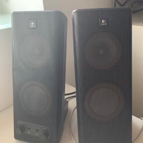Fungerer som de skal og har en god lyd. Man kan skrue op og ned for bassen, samt sætte den til computeren eller mobilen.  Sælges da de ikke bliver brugt.