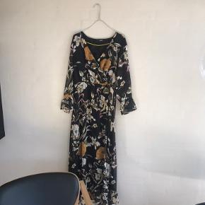 Meget smuk og gulvlang kjole med taljebælte fra object. Brugt 1 gang og i perfekt stand.