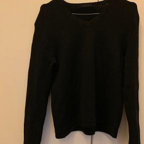 Meget fint og Klassisk sweater/sweatshirt - småstræk. Helt fint i stand.