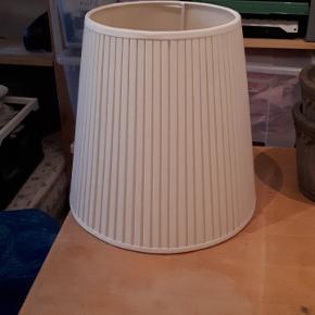 Råhvid lampeskærm i fin stand. 34 cm høj. Diameter er 24 cm foroven og 34 cm for neden. Porto 37 kr