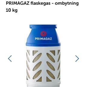 Primagaz gasflaske Popan/butan gas til flaske - ombytning. Velegnet til gasgrill, terrassevarmer, gasvarmeovn, campingvogn og lignende. 10 kg. Den har været kort brugt 5 gange. Så den skal ikke skiftet foreløbig.   Sælges grundet flytning  Np 709kr i Silvan (Ombytnings pris i butik 200kr)  Gas grill sælges også, se annoncer