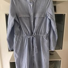 Skjortekjole - bryst 2 x 54 cm længde 90 cm  Dejlig tynd behagelig bomuldskvalitet Lyseblå/hvid stribet  selvfølgelig rabat ved køb af flere ting  Normal str L