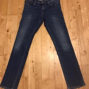 Tommy Hilfiger jeans  Model : Skinny Sidney midc Der er stræk i bukserne  Str: 31/32 Livvidde : 84cm Indvendig benlængde : 76 cm Udvendig benlængde : 100