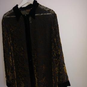 Smuk skjorte med velourmønster som reflekterer i lyset Fra Silkwear i rigtig god kvalitet