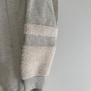 Lækker bluse 60% bomuld og 40% polyester. Med lækker teddybear-detalje ved ærmer