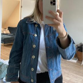 Ganni Denim jakke i størrelse 36 med smukke detaljer 🦋