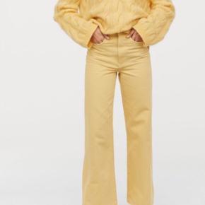 Gule wide jeans fra H&M  Har en lille græsplet som kan ses på sidste billede men er ikke noget man lægger mærke til  Er 162