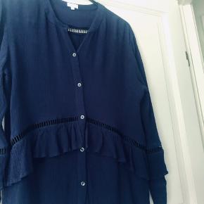 Super flot skjorte / passer også en Medium . Den  er lidt mørkere  Blå end på billedet ,