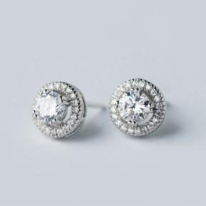 Materiale: 925 sølv og krystaller  Str.: 9MM*9MM  leveringstiden: 3-5 dage.