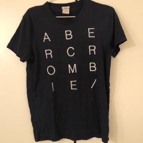 Varetype: T-shirts Størrelse: 11år Farve: Hvid og blå Prisen angivet er inklusiv forsendelse.  Meget flotte t-shirts, de to med aplikationer. Aller str 11 år.        Prisen er for alle 4.        Stk. pris 100 kr.