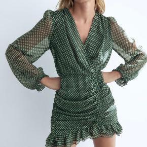 Super fin Zara kjole. Kun prøvet på og stadig med prismærke. Sælges da jeg ikke nåede at få den returneret💚
