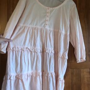 Sælger den fineste lyserøde bluse / kjole fra Kaffe med lag og pynteknapper - den er brugt som kjole af mig og jeg er 169 cm 🥰 Jeg bruger normalt størrelse s/m så den kan sagtens fitte oversized