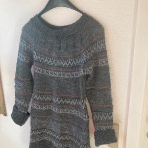 Kun brugt et par gange🌼 Der står S men jeg er en M og passer den  Dejlig varm sweater:   blanding af uld mohair akryl polyester  Lyset påvirker.. Farven er lidt mørkere