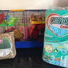 Hamsterbur, bedding, hø samt diverse ting til hamster. Meget nyt og ubrugt.  - diverse ting er bl.a. lydløs hamsterhjul, lille hus med gennemsigtigt tag, nye vandflasker, ny vandskål, klatretræ mm.   Sælges samlet for 1000kr.