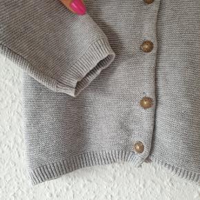 Cardigan fra Fixoni, knaplukning på forsiden, stor i størrelsen. Lille plet kan anes ved øverste knap (se sidste billede).  Prisen er ekskl. forsendelse.