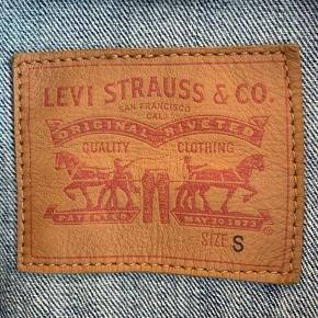 Sælger denne Levi's denimjakke i str. S, da jeg ikke kan passe den længere. Jakken er unisex, så den kan bruges af både piger og drenge :)