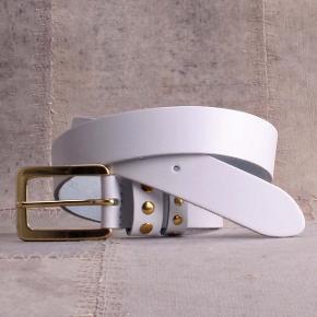 """Flot Hvidt læderbælte med """" guldfarvet"""" spænde og nitter. Længden er 105 cm.  Mærket er Bæltekompagniet."""