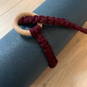 Håndlavet bærestrop til yogamåtte.  Stroppen er unik idet den er håndlavet af genbrugstræringe og recycled cotton yarn, som er et overskudsprodukt fra tekstilindustrien.  Farve: blomme. ➰ ➰ Pris pp 150 kr.
