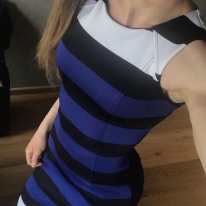 Smuk pencil kjole fra H&M. Den er kun brugt én gang. Har ingen tegn på slid. :)