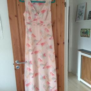 Smuk vintage kjole med traneprint. Bytter ikke. Husk at tjekke resten af mine annoncer. Rydder godt ud.