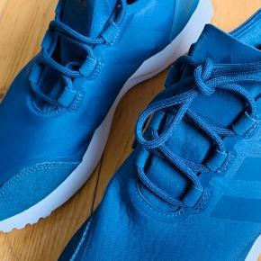 Super flotte Adidas sko.  Jeg har kun brugt dem én gang. Dog er der et lille ubetydeligt mærke på snuden.   Bærer tydeligt præg af de blot har stået til pynt i min lejlighed.  Str. 39 1/3 Lidt små i størrelsen.  200 kr.   (Nypris 800 kr. )