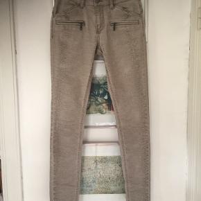 Jeans str S. Brugt en gang og er som nye. Pris 100,- pp Bytter ikke.