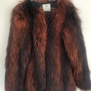 Total lækker fake pels jakke fra Pulz Jeans. Det er en str. S men kan snildt passe en M eller en lille L.