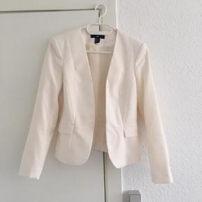 """Smuk hvid blazer. Kan lukkes med lille """"knap"""" som ikke kan ses. Sidder rigtig flot. Køber betaler fragt på 37kr🌸"""