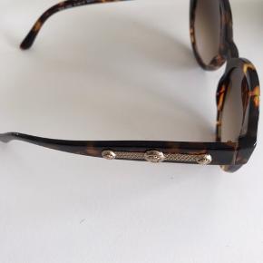 sælger disse super lækre Versace solbriller. Ingen skræmmer eller noget. Skriv hvis du kunne tænke jer flere billeder😁
