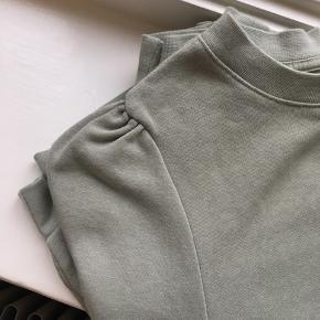 Lækker grå/grøn sweatshirt med pufærmer.