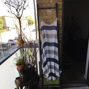 Sommerkjole - ret bred  ved hoften - falder flot ned 🌺 før pris 600 kr. Nedsat til 220 Hvid underkjole i bomuld følger med  en slags tunika 🌺 L - XL🌺