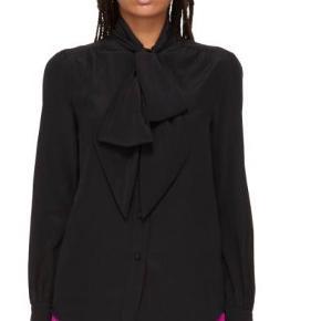 """Jeg overvejer at sælge denne smukke silkeskjorte fra Marc Jacobs, skjorten er helt ny med prismærke og er kun prøvet på, sælges, da jeg har så meget tøj. Modellen hedder bishop sleeve tie neck i sort. Falder smukt pga. den """"tunge"""" silke. Skjorten er 100% silke.  Jeg bytter ikke, respekter venligst dette. Samtidig betaler køber gebyr ved tshandel (sælger og køber)   ❤︎ Mål:  Brystvidde: 52 cm (målt ligeover) Længde: 67 cm (målt fra skulder og ned) Skulder 44 cm (målt ligeover)"""