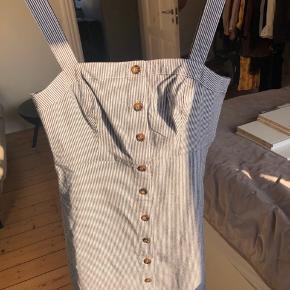 Fin hollister kjole i bomuld - aldrig brugt og stadig med mærke i - str. M.  Bytter ikke og sender kun på købers regning - prisen er fast :)