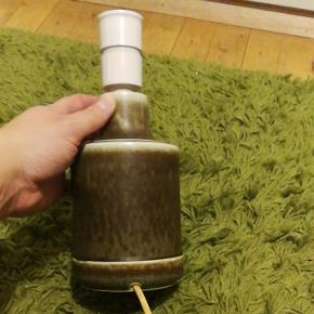 Fin keramik bordlampe fra Desiree stentøj Danmark model nr 2006. Den er fra 1960'erne.  Ca. 20 cm høj inkl fatning. Farverne er primært brune og hvide nuancer men også med en anelse grøn hist og pist.  Selve lampen er i fin stand uden ridser og skår og lampen virker. Der skal dog skiftes ledning på grund af en undsluppet gnaver 🙄 (se sidste billede) og derfor den forholdsvis lave pris.  Se også gerne mine andre annoncer på min profil - mængderabat gives ved køb af flere af mine ting 😊