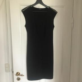 Ny sort kjole. Passer en str. M.
