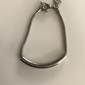 Varetype: Armbånd Størrelse: 17 cm Farve: Sølv Oprindelig købspris: 650 kr.