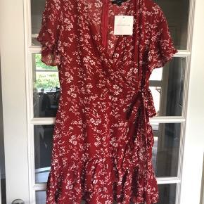 Flot kjole i blomsterprint🌺 Med lynlås i ryggen  Aldrig brugt - stadig med prismærke på Er købt på Nelly  Nypris 540,00 DKK Se også mine andre annoncer ☀️