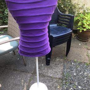Gine fra Ikea, lilla stof, hvidt stativ. GRATIS