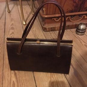Brun Vintage / retro håndtaske i ægte læder. Standen er perfekt! Mål: 28* 17* 9 cm