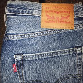 Lækre klassisk 501 LEVIS jeans!  Aldrig brugt, prismærke sidder stadig på.   Str. 32/32