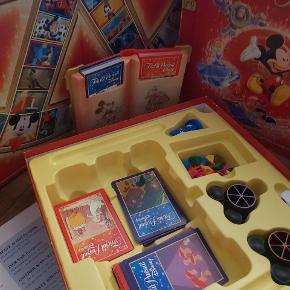 Disney limited edition Trivial Pursuit fra 2006 fremstillet af Hasbro og PARKER Fantastisk godt familie spil som der ikke længere forhandles i butikkerne.   Spillet er i fantastisk god stand men brugt, og desværre er spillepladen også ved at flække lidt, (I den røde ring på sidste billede, er hvor den er flækket lidt, hvor det ikke er meningen) men det kan fikses nemt med tape. 💕