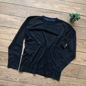 🙏🏼 ALT SKAL VÆK - SÆLGER BILLIGT 🙏🏼  👗 Lækker sort træningstrøje  👠 OZON 👚 Str. L 👑 Den er i super god stand   🔥Se også mine mange andre annoncer og følg mig gerne - der kommer løbende nyt🔥