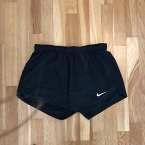 Fedeste og mest behagelige shorts fra Nike  Str. L  Stand: brugt 5-10 gange og fejler absolut intet   De har elastik samt mulighed for at binde i taljen samt indershorts indbygget.