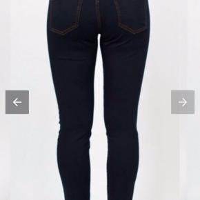 Et par lækre bukser fra Isay. Bukserne er i en lækker bomulds-kvalitet, som har højt placerede baglommers samt en mellem taljehøjde. Bukserne har to lommer fortil. Bukserne er smalle i benene og er i en lækker stræk-kvalitet.