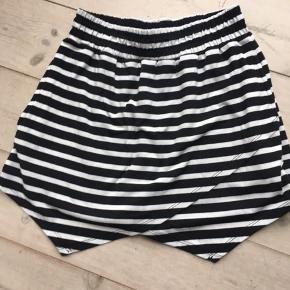 """""""Snyde"""" nederdel - er shorts men på forsiden ligner det et nederdel. Brugt 2-3 gange.   Prisen er fast 50 kr.   Jeg bytter ikke"""