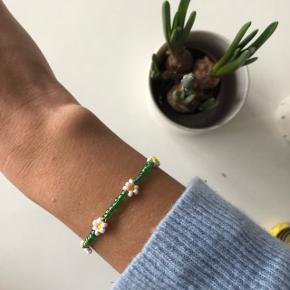 Perle armbånd i grøn med hvide blomster💮 Prisen er inkl Porto