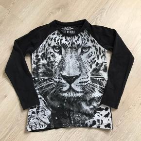 Sort bluse med grå tiger, str. 122/128, Royal Rebels, brugt men meget pæn / næsten som ny. 10% af prisen går til Kræftens Bekæmpelse (Team Vejdik, Stafet For Livet) Se mere på mostermette.dk (IG786)