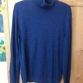 Turtleneck / højhalset trøje i merino uld. Meget lækker kvalitet og helt som ny.