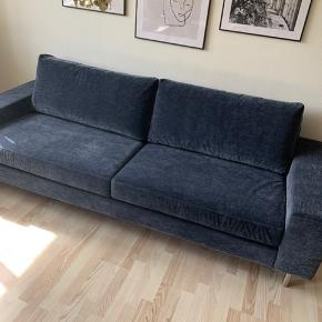 Super smuk sofa i fløjl. Kom med et bud - den har desværre aldrig været i brug. Kun fotograferet.  Højde: 80 cm Længde: 237 cm Dybde: 91 cm